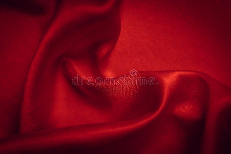 Le fond rouge abstrait a ondulé la soie avec la forme du coeur photos libres de droits