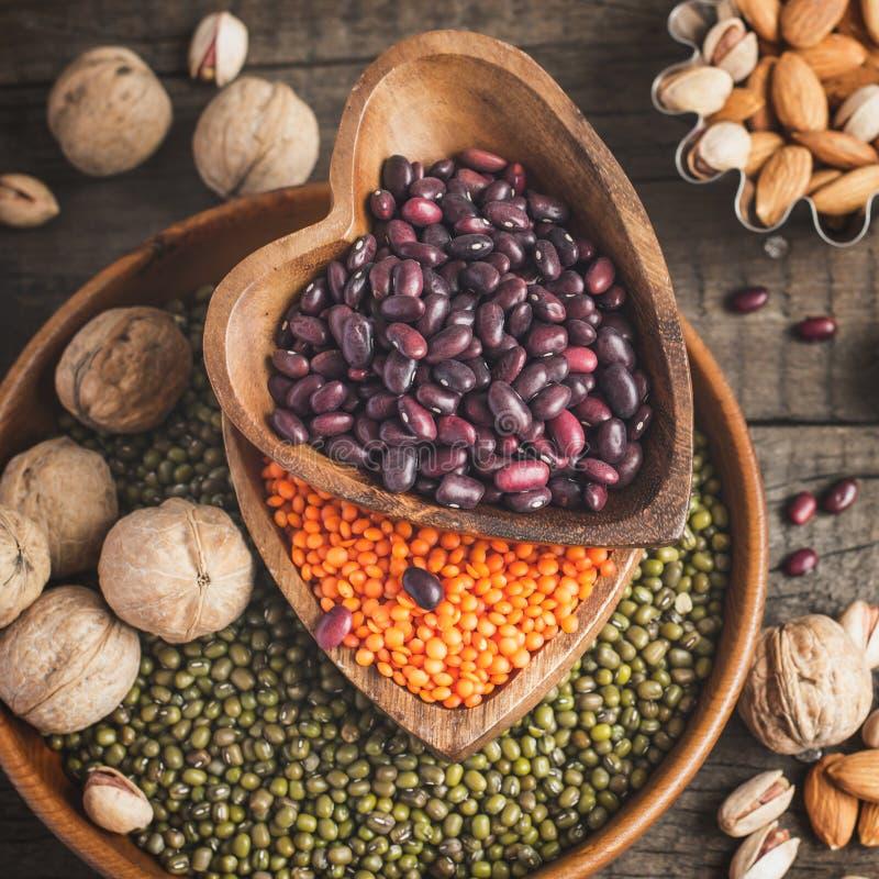 Le fonti di proteina vegetale sono vari legumi e dadi Vista superiore immagini stock
