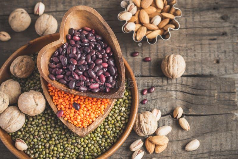 Le fonti di proteina vegetale sono vari legumi e dadi Vista superiore con lo spazio della copia fotografia stock libera da diritti