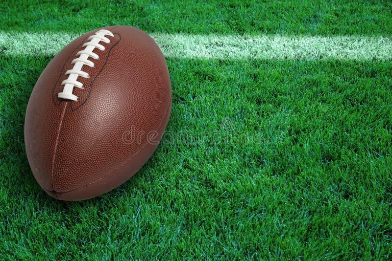 Le football à la ligne de but sur l'herbe image stock