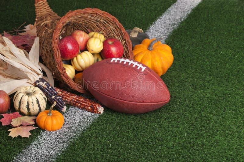 Le football avec une corne d'abondance sur un champ d'herbe