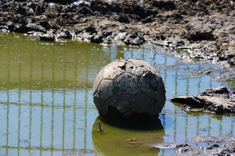 Le football boueux photo libre de droits
