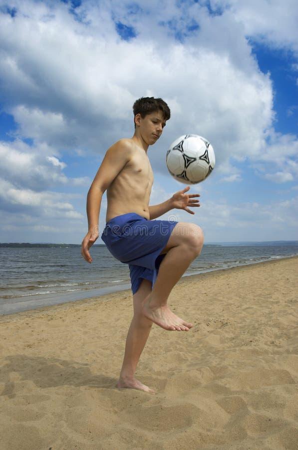 Le football d'été sur la plage photos libres de droits