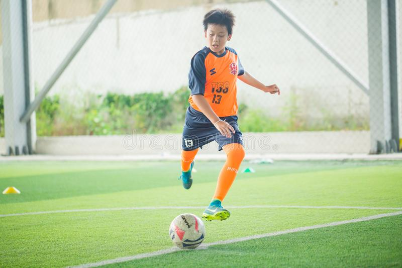Le football d'enfant apprenant le football images libres de droits