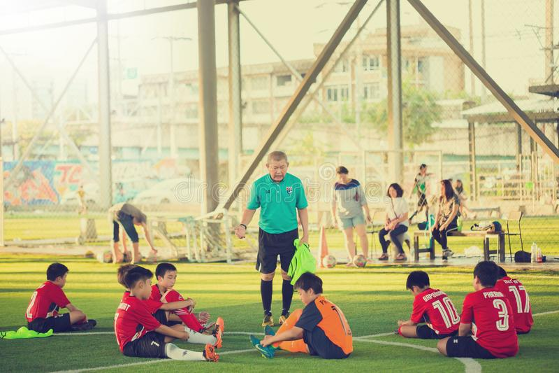 Le football d'enfant de formation d'entraîneur après avoir joué image stock