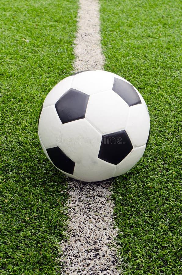 Le football dans le stade de zone sur l'herbe image libre de droits