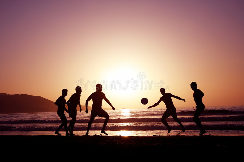 Le football de coucher du soleil image stock