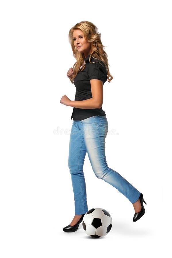 Le football de coup de pied de femme photographie stock