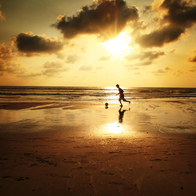 Le football de plage photo stock