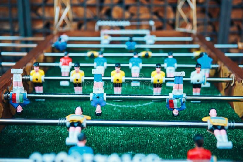 le football de table Joueurs d'équipe bleus et jaunes dans le football de table ou une partie de football de joueur photographie stock libre de droits