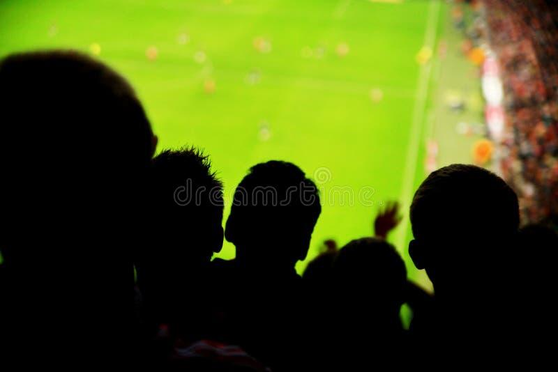Le football de ventilateurs de spectateurs photographie stock