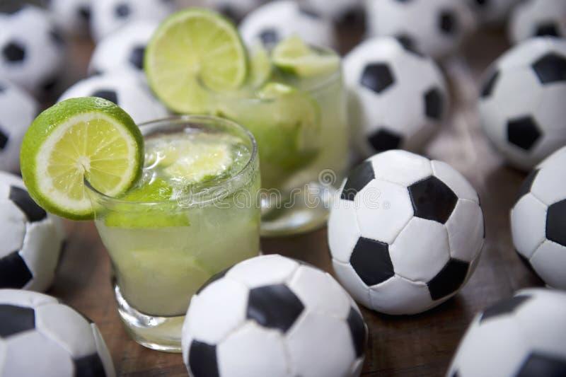 Le football frais de Brésilien de Caipirinhas de la chaux deux image stock