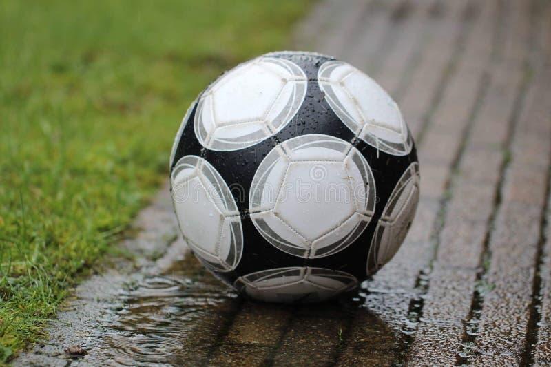 Le football sous la pluie photos libres de droits