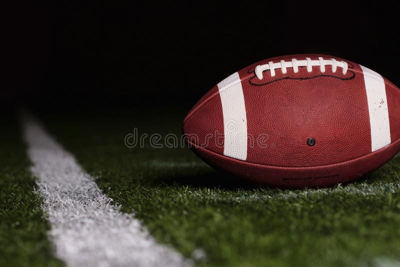 Le football sur le premier rayent vers le bas photo libre de droits