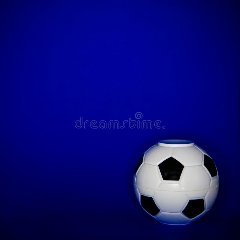 Le football sur un fond bleu photos libres de droits