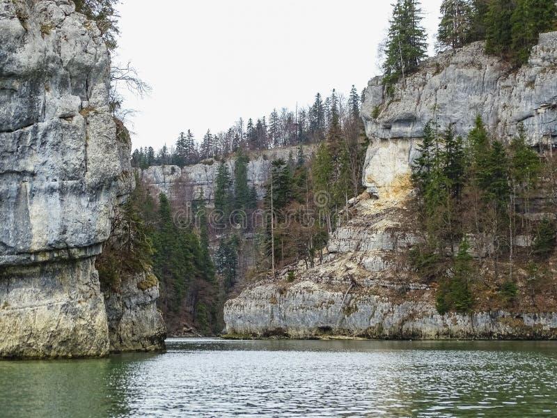 Le formazioni di pietra si avvicinano alla cascata del du il Doubs del saut nella regione di d fotografie stock libere da diritti