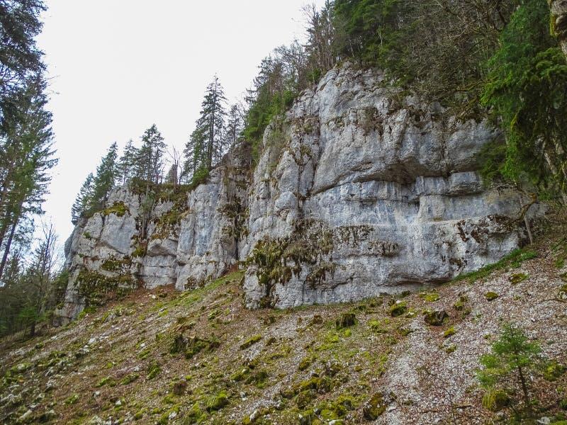 Le formazioni di pietra si avvicinano alla cascata del du il Doubs del saut nella regione di d immagini stock libere da diritti