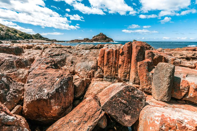 Le formazioni rocciose vive insolite in mimosa oscilla il parco nazionale, NSW, Australia immagine stock