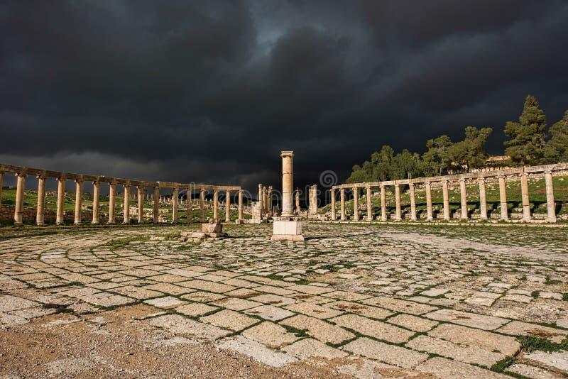 Le forum unique de la ville antique de Gerasa après une tempête photos libres de droits