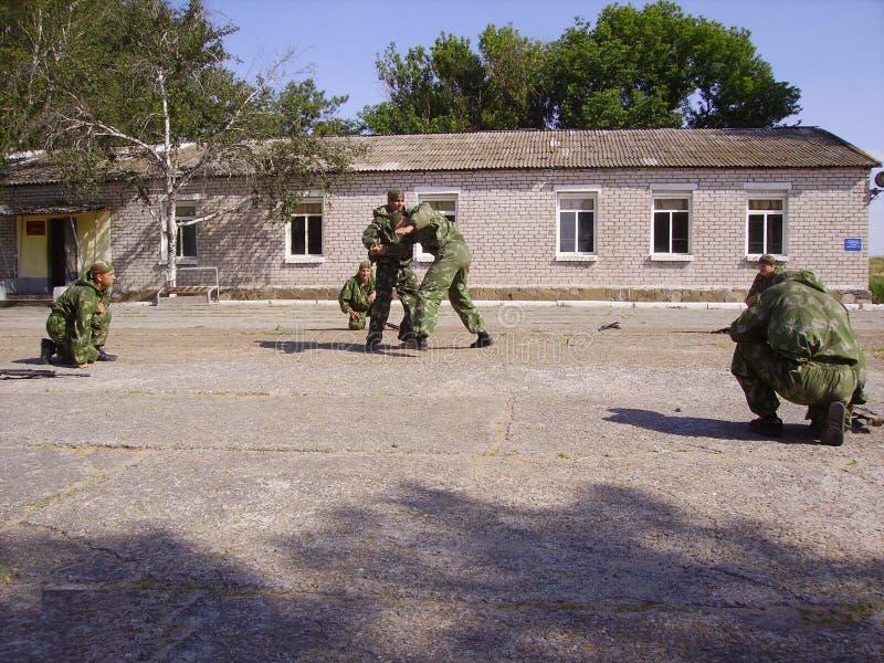 Le forze speciali di formazione dell'esercito russo, due in pugilato d'allenamento, il resto stanno aspettando nella linea fotografia stock
