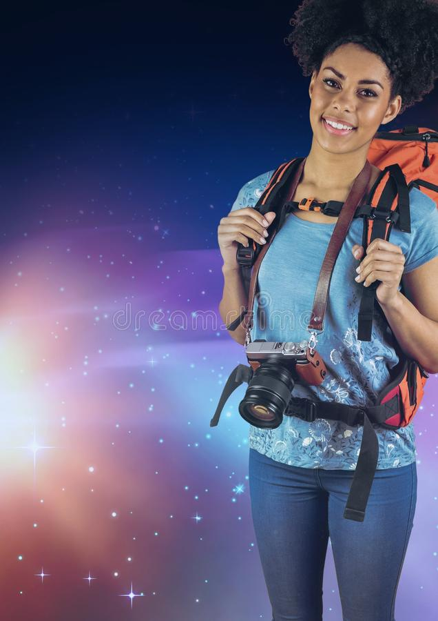 Le fotografen med en ryggsäck mot galaxbakgrund stock illustrationer