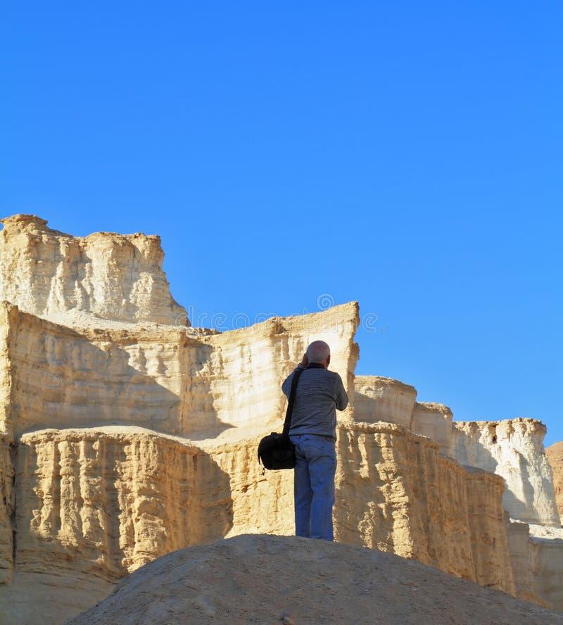 Le fotografie del turista in un canyon del mar Morto fotografie stock libere da diritti