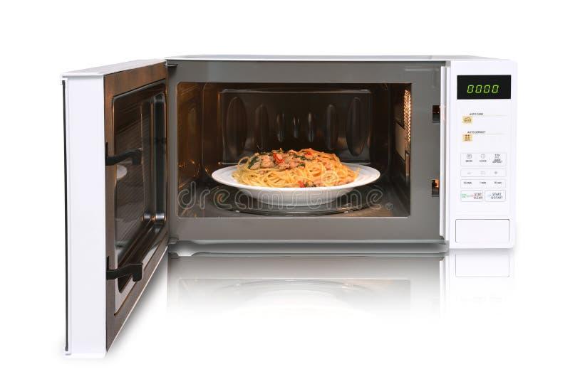 Le four à micro-ondes est les spaghetti chauds de poulet image stock