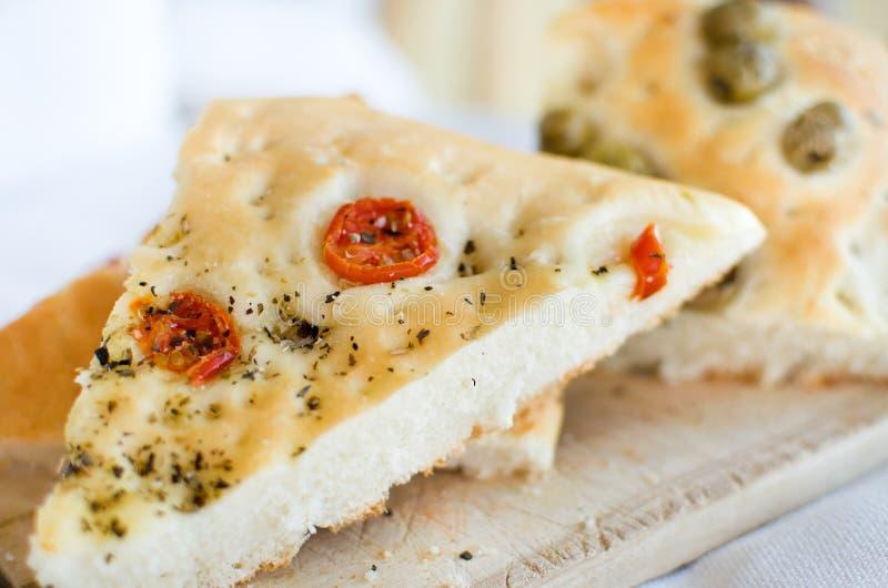 Le four plat d'olives de tomates de focacce de l'Italie de Flatbread a fait l'Italien cuire au four photos stock