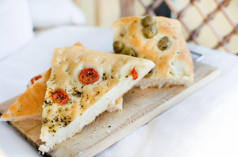 Le four plat d'olives de tomates de focacce de l'Italie de Flatbread a fait l'Italien cuire au four images libres de droits