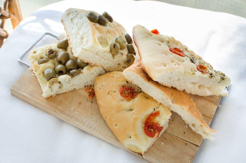 Le four plat de focacce d'olives de tomates de focacce de l'Italie de Flatbread font cuire au four photos stock