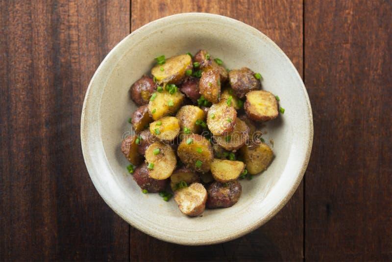 Le four a rôti des pommes de terre sur la vue supérieure en bois de table photographie stock