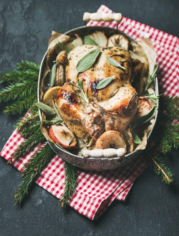 Le four a rôti le poulet entier dans le plateau avec le decotarion de table de Noël photographie stock libre de droits