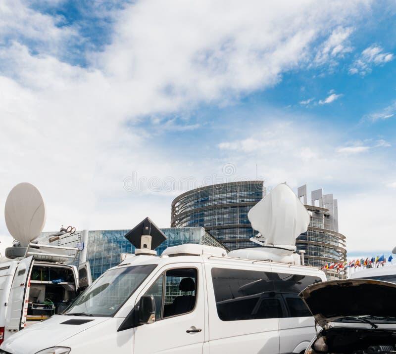 Le fourgon de camion du media TV s'est garé devant le buildi d'Européen du Parlement photographie stock libre de droits
