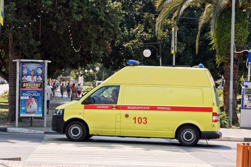 Le fourgon jaune d'ambulance est à l'intersection des rues du Re photo stock