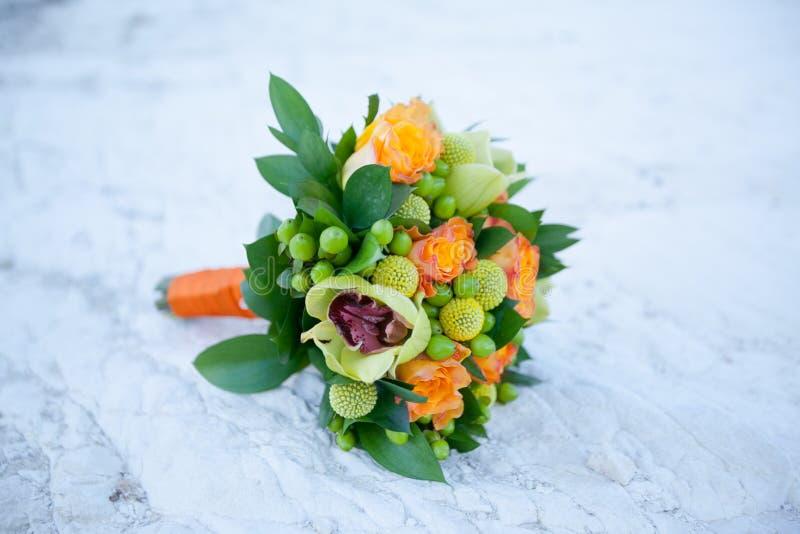 Le foyer sélectif a tiré du beau bouquet de mariage sur le fond de la mer images stock