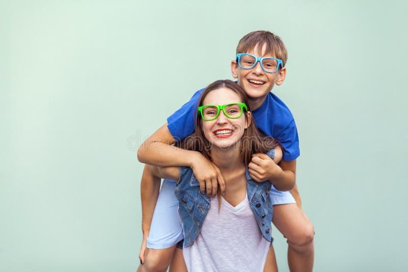 Le frère et la soeur couverts de taches de rousseur magnifiques dans des T-shirts occasionnels portant les lunettes à la mode et  image stock