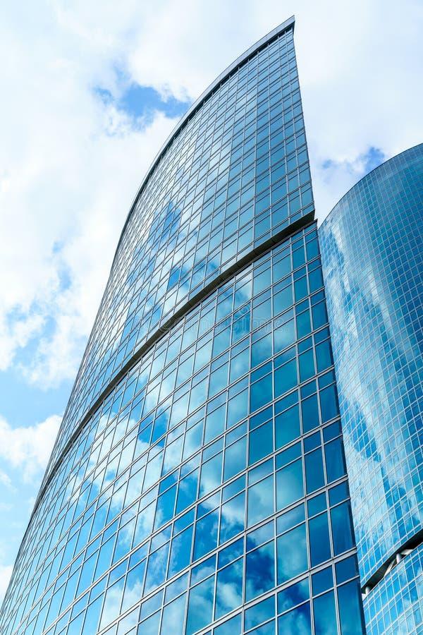 Le fragment de l'architecture contemporaine, murs a fait du verre et du béton Mur rideau en verre de l'immeuble de bureaux modern photographie stock