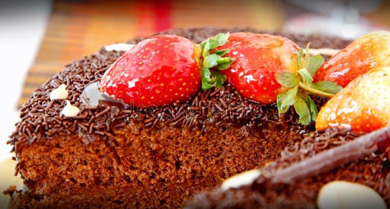 Le fragole ed il dolce di cioccolato sono servito su un piatto immagine stock