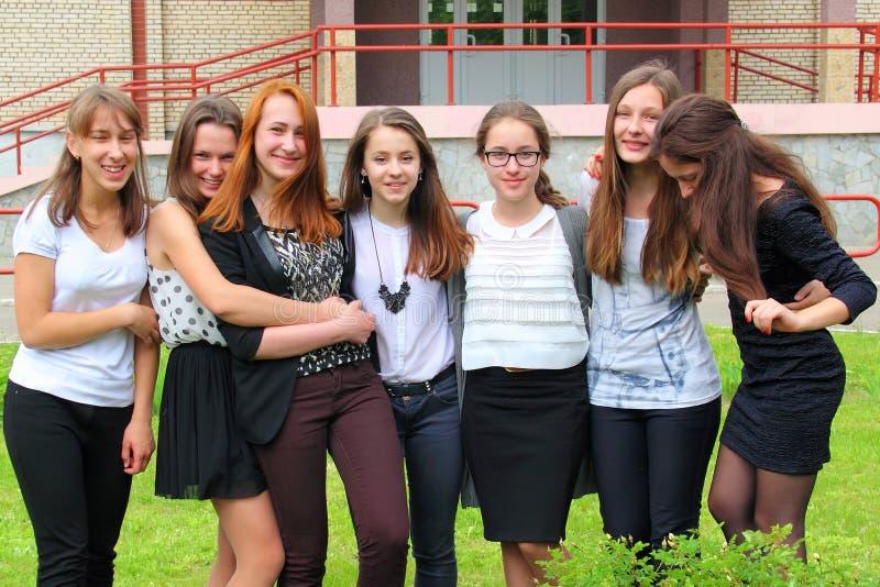 Le framdelen för tonårs- flickor av skolan arkivbilder
