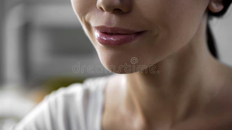 Le framsidacloseupen av den asiatiska attraktiva flickan som fuktar kräm, kirurgi royaltyfri foto