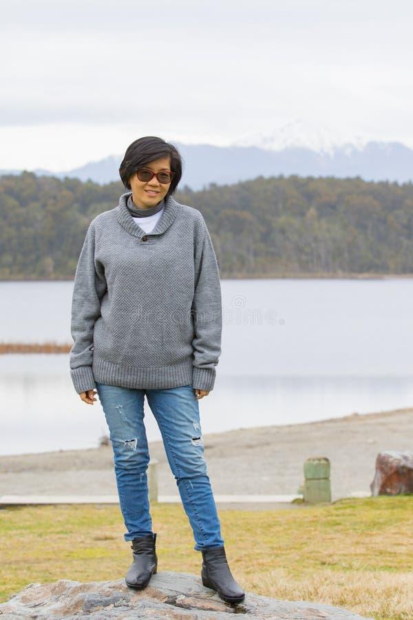 Le framsidan av avslappnande sinnesrörelse för asiatisk kvinna, semesterdestinati arkivfoton
