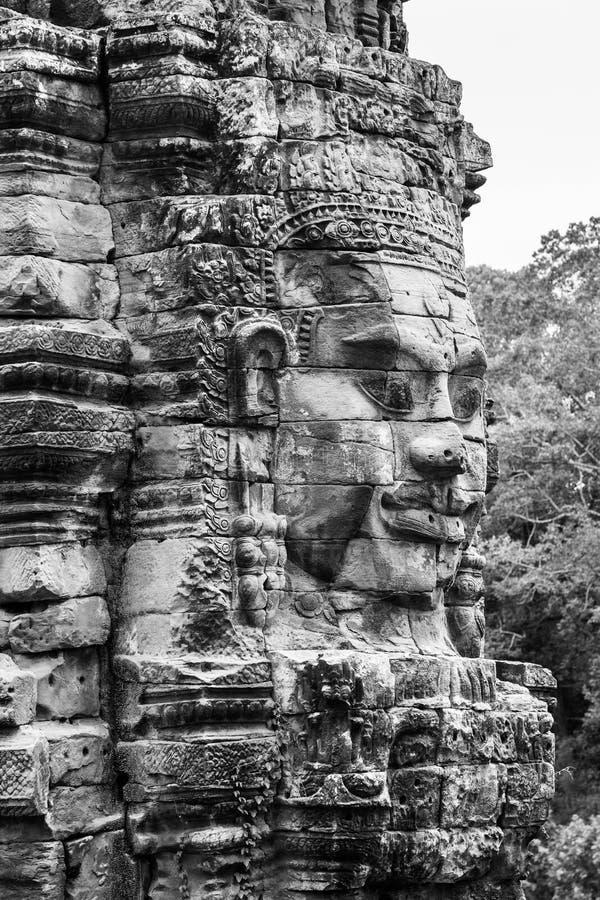 Le framsidan på stenen stå högt på den Bayon templet i Siem Reap Cambodja royaltyfri foto