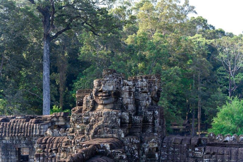 Le framsidan som är stupad ifrån varandra på templet av Angkor Thom, Cambodja royaltyfri foto