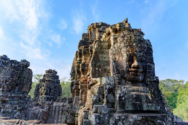 Le framsidor som är stupade ifrån varandra på templet av Angkor Thom, Cambodja arkivfoton