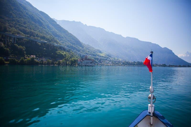 Le Français a marqué le bateau sur le lac de montagne image stock