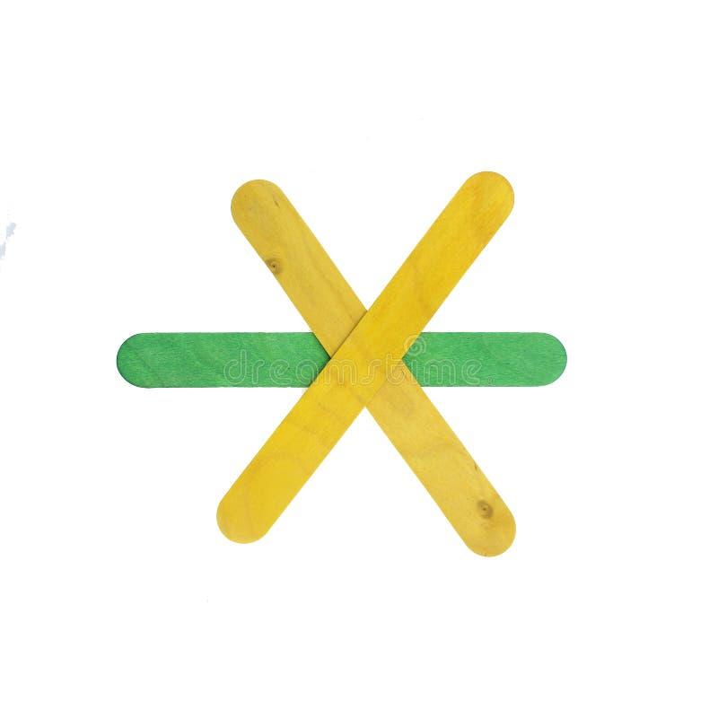 Le frecce di legno variopinte firmano isolato su bianco con il percorso di ritaglio fotografia stock