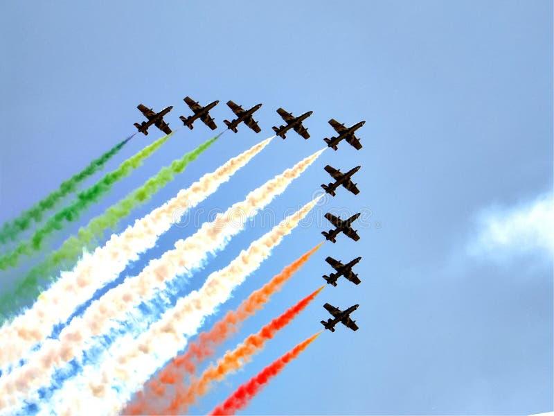 Le frecce tricolori acrobatiche italiane di Frecce Tricolori del gruppo esegue la manifestazione con Aermacchi MB-339 immagini stock libere da diritti