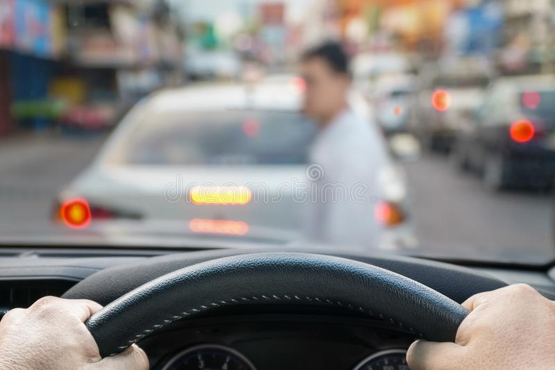 Le frein de secours de voiture a enregistré à une vie des courses pesdestrian à travers la rue photos stock