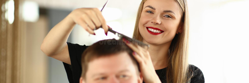 Le fris?ren Combing Hair av den manliga klienten royaltyfria bilder