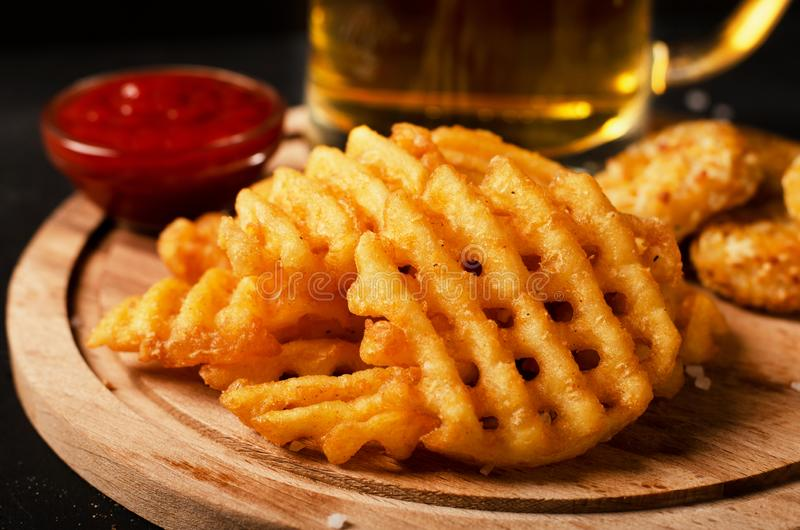 Le fritture croccanti delle cialde della patata, ondulate, il taglio della piega, criss attraversano i grida fotografia stock